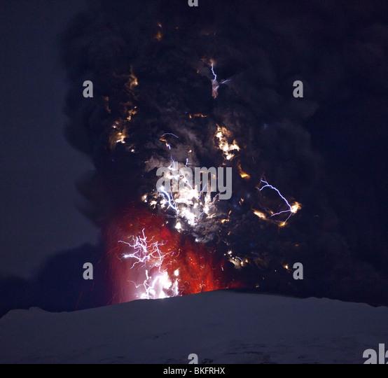 Blitz und Lava in Aschewolke bei Vulkanausbruch Eyjafjallajökull, Island 18. April 2010 Stockbild