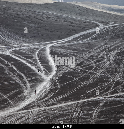Wissenschaftler gehen auf Schnee und Asche vom Vulkanausbruch in Island am Fimmvörðuháls, einem Bergrücken Stockbild