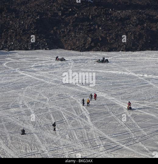 Menschen auf Schnee und Asche in der Nähe von neue Lava aus Fimmvörduháls Vulkanausbruch Island Stockbild