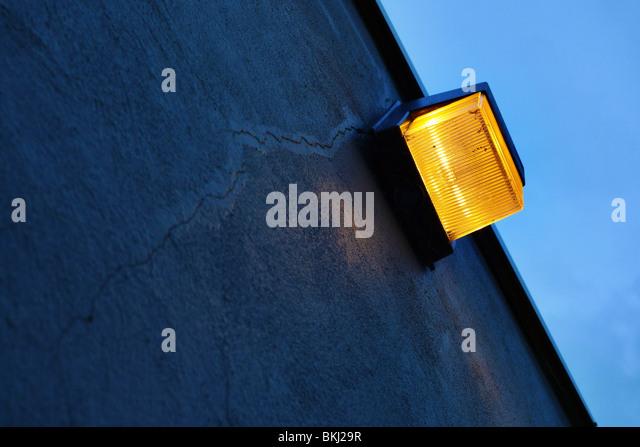 Sicherheitslicht für rissige Betonmauer. Stockbild