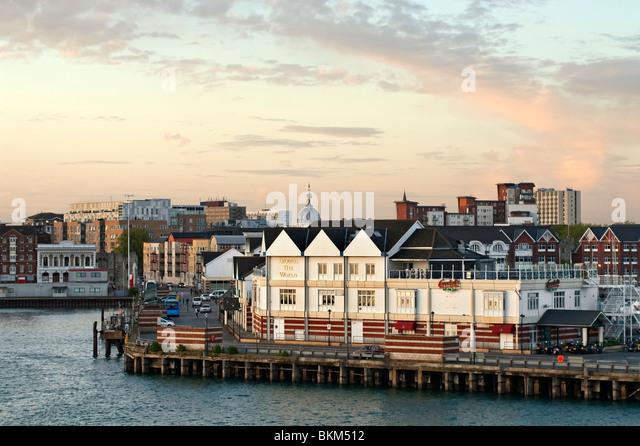 Southampton Hafen Docklands am Sonnenuntergang, Hampshire, Südengland. Stockbild