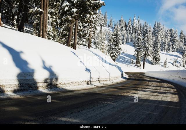 Oregon Cascades, Oregon, Vereinigte Staaten von Amerika; A Road und frischen Winterschnee am Mount Hood Stockbild