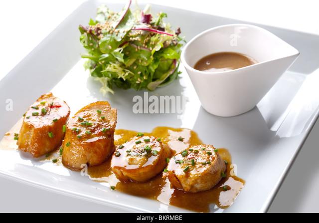 Jakobsmuscheln mit Salat und Sauce auf weißen Teller Stockbild