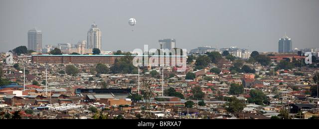 Blick über Township Alexandra auf Luxus Stadtteil Sandton City im Hintergrund mit seinen Hotels und Einkaufszentren Stockbild