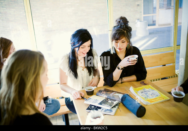 Schüler mit Kaffee Stockbild