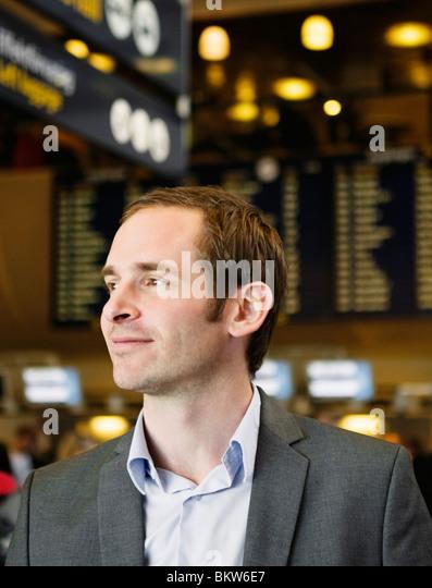 Mann in Abflughalle Stockbild