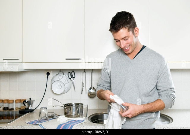 Junger Mann in der Küche - Stock-Bilder