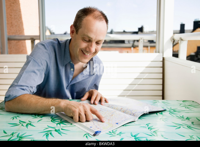 Mann am Tisch Stockbild