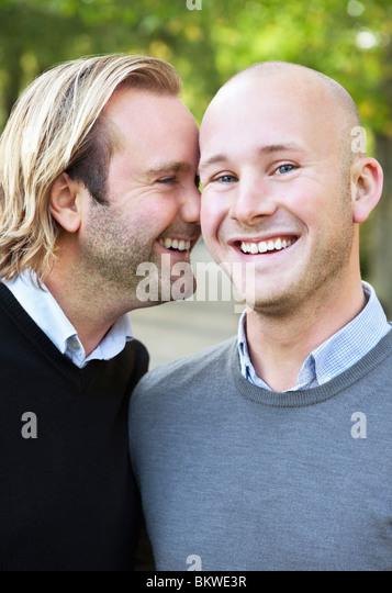 Zwei schwule Männer draußen Stockbild