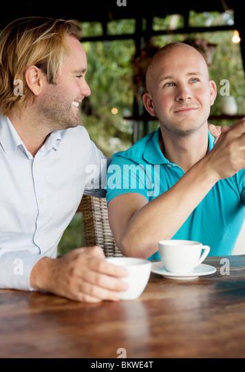Zwei schwule sitzen vom Tisch Stockbild