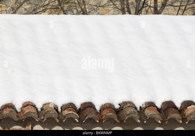 im Alter von Tondachziegeln schneite unter Schnee Architektur detail Stockbild
