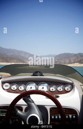 Lenkrad von einem Wakeboard-Boot zu Castaic Lake, Santa Clarita, Kalifornien. Stockbild