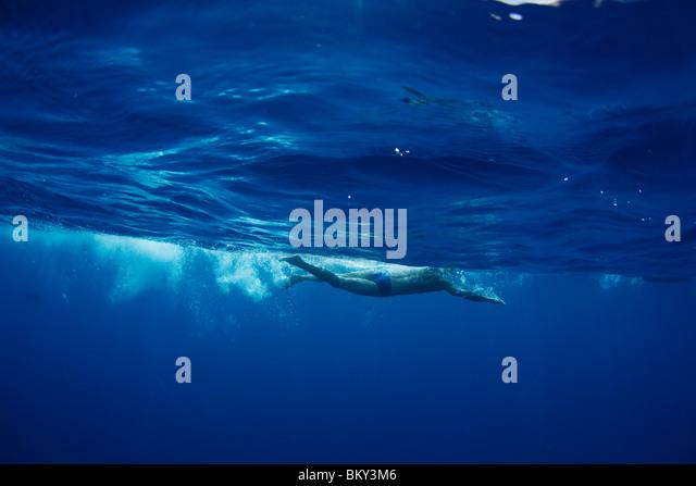 Unterwasser-Blick von einem Schwimmer genießen Sie ein entspannendes Bad in den tropischen Gewässern von Stockbild