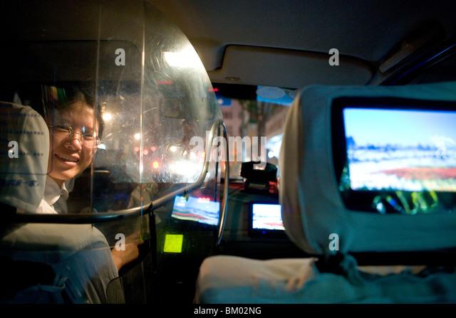 Taxi-Shanghai, Taxifahrerin, Schutzschild, TV-Bildschirm, glücklich, lachen, glücklich, Glück Stockbild