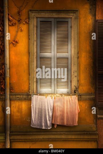 Holz-Fenster Lamellen und waschen in einer Zeile Stockbild