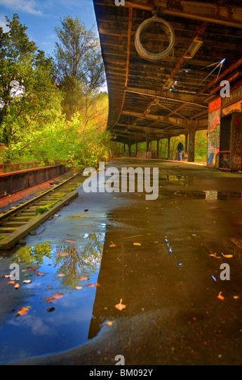 Eine alte S-Bahn Station unbenutzt seit den 80er Jahren in der Nähe von Berlin mit Spiegelungen im Wasser Stockbild