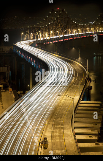 Blick auf die Oakland Bay Bridge bei Nacht mit Verkehr Stockbild