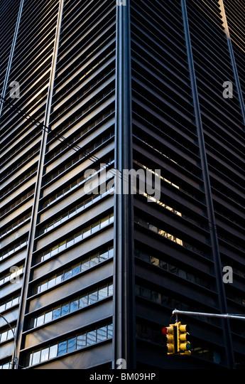 Nach oben auf einen hohen Wolkenkratzer bauen im Financial District von New York. Stockbild