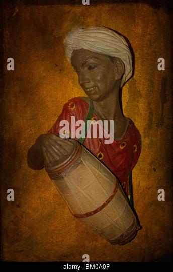 50er Jahre Bosson Charakter einen asiatischen Mann mit Turban eine Trommel zu spielen Stockbild
