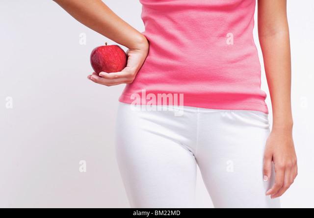 Mitte Schnittansicht einer Frau hält einen Apfel Stockbild