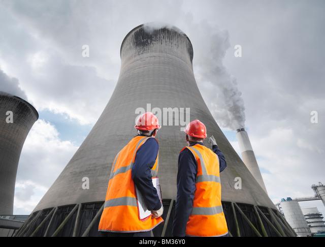 Arbeitnehmer bei der Kohle abgefeuert Kraftwerk Stockbild