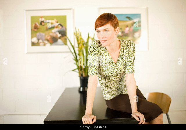 Kunst-Galeristin mit Fotoausstellung Stockbild
