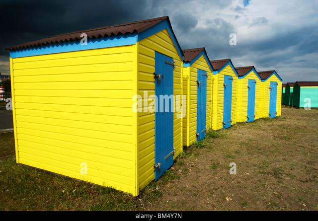 Strandhütten an Littlehampton Strandpromenade Stockbild