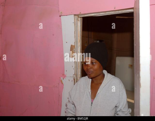 Frau in ihrem Haus in der Gemeinde Zolani Stockbild