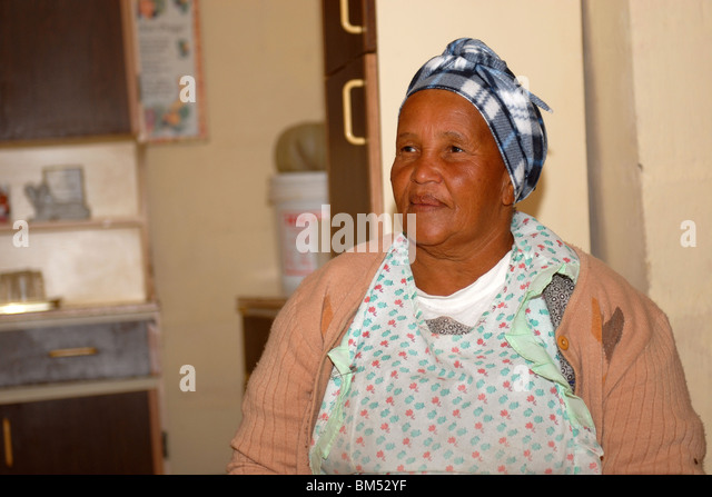 Frau zu Hause, in der Gemeinde Zolani Stockbild