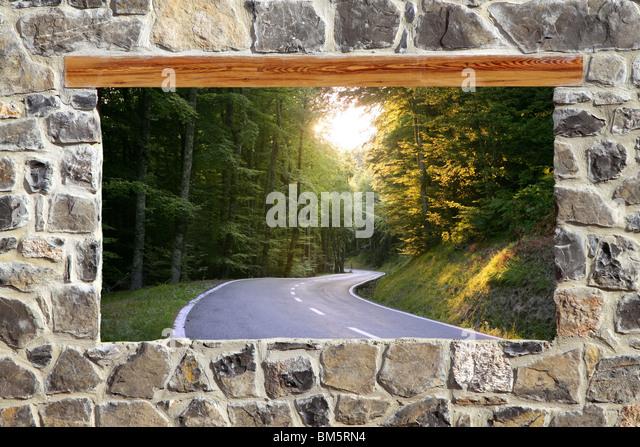 Blick durchs Fenster Straße Wald Kurve Mauerwerk Stockbild