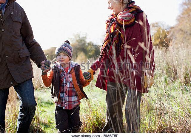 Großeltern Hand in Hand mit Enkel im freien Stockbild