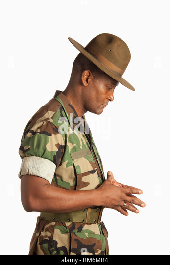 Ein Mann des Militärs mit In Betrachtung gesenktem Kopf Stockbild