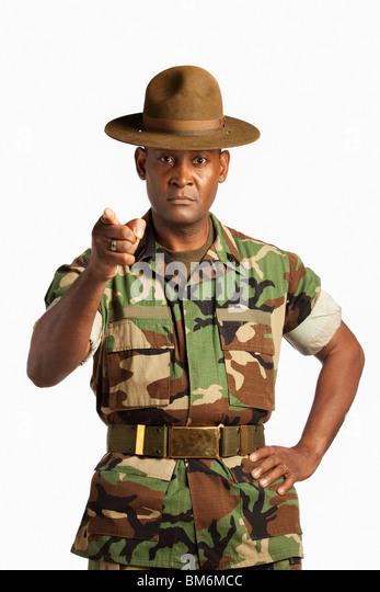 Ein Mann des Militärs auf Sie gerichtet Stockbild
