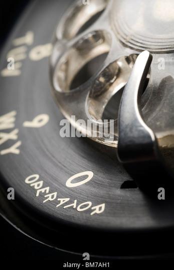 ein Detail ein altmodisches Telefon mit Wählscheibe Zifferblatt mit flachen Schärfentiefe und Fokus auf Stockbild