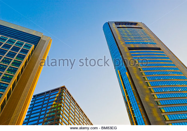 Suchen der Wolkenkratzer Bürogebäude Türme in Shiodome. Stockbild
