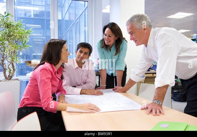 Team-Meeting, Plan Zeichnungen in Architekturbüros zu diskutieren Stockbild