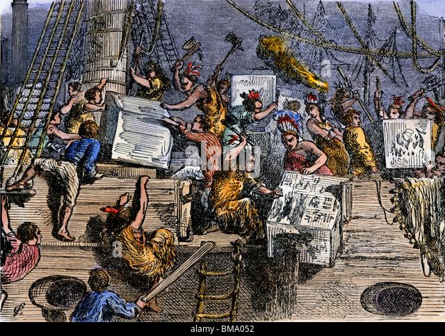 Kolonisten, die Kisten mit Tee während der Boston Tea Party 1773 über Bord zu werfen Stockbild