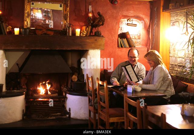 Einen gemütlichen Abend in einem ländlichen Irish Pub Stockbild