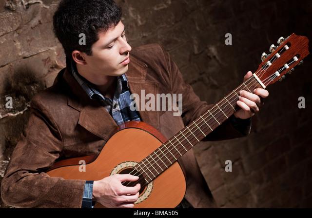 Junger Mann an der Gitarre zu spielen. Kamera-Winkel-Ansicht. Stockbild