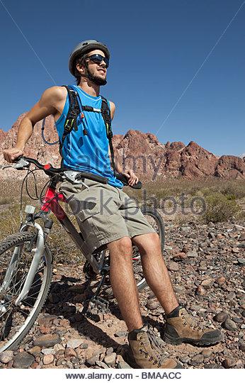 Mountainbiker im felsigen Gelände Stockbild