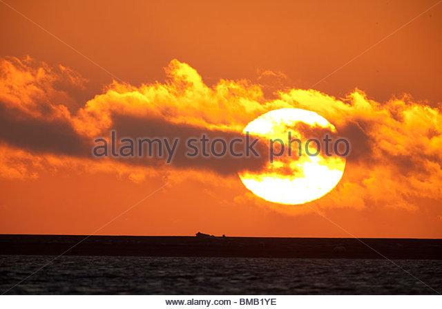 Die Sonne geht in eine Farbenpracht über Beaufort Meer vor der Küste der ANWR Stockbild