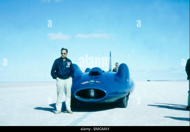 Donald Campbell stehend nahe bei Bluebird auf Lake Eyre, Australien 1963 Stockbild