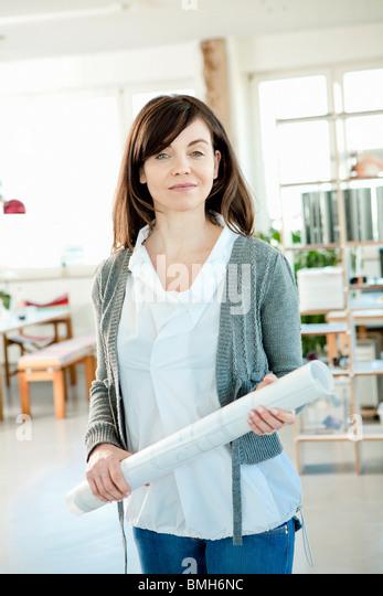 Frau Holding Architekturplan Stockbild