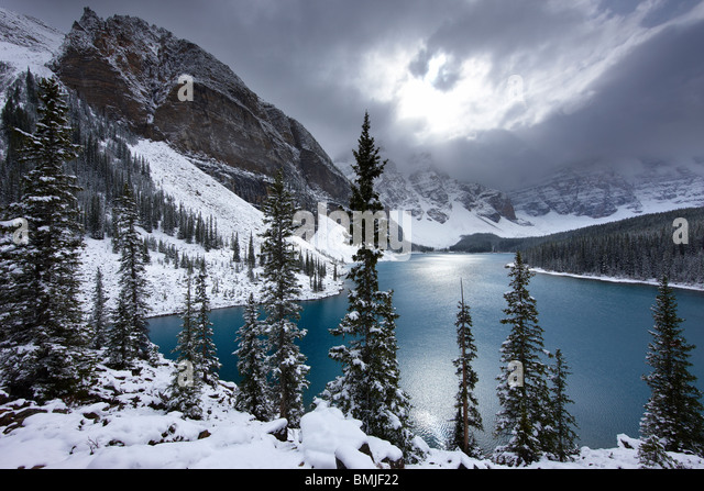 Neuschnee am Morraine Lake im Valley of the Ten Peaks, Banff Nationalpark, Alberta, Kanada Stockbild