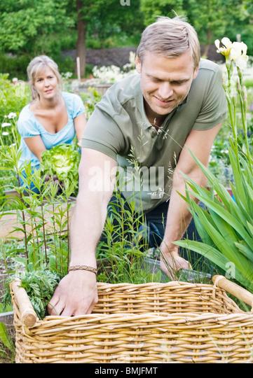 Paar kümmert sich um Garten Stockbild