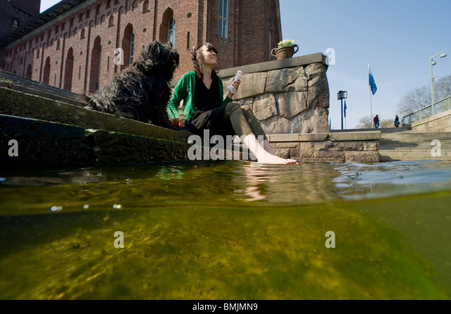 Eine Frau und ein Dogat Rathaus Stockholm Stockbild