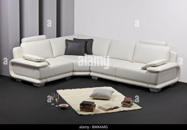 Ein Wohnzimmer mit weißen Möbeln Stockbild