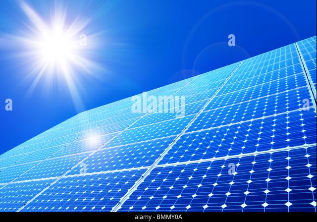 Solar-Panel gegen blauen Himmel Stockbild