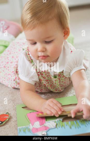 Knoxville, Tennessee, Vereinigte Staaten von Amerika; Ein junges Mädchen mit einem Holz-Puzzle spielen Stockbild