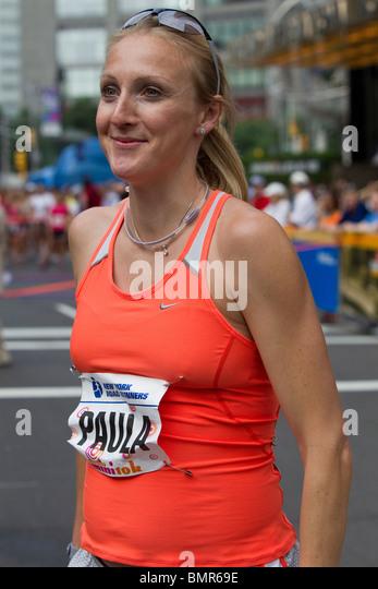 Eine schwangere Paula Radcliffe (GBR) vor Beginn der 2010 New York Mini 10K. Stockbild